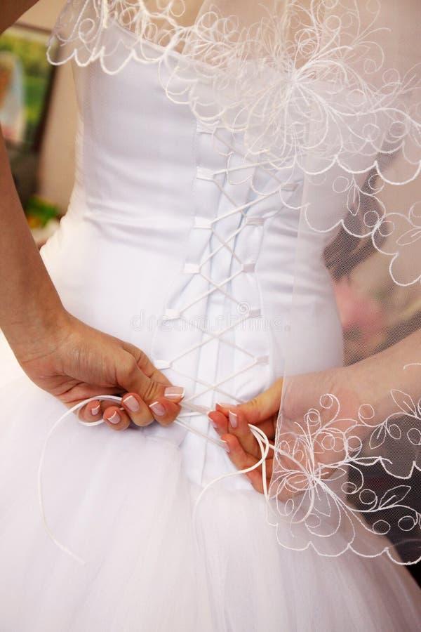 De bruid bindt een korset royalty-vrije stock afbeelding