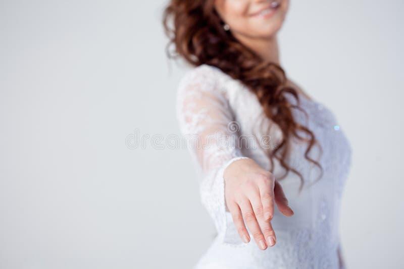 De bruid breidt haar hand, het mooie glimlachen uit stock foto's