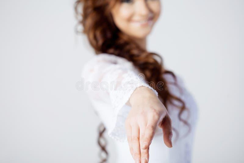 De bruid breidt haar hand, het mooie glimlachen uit stock afbeeldingen