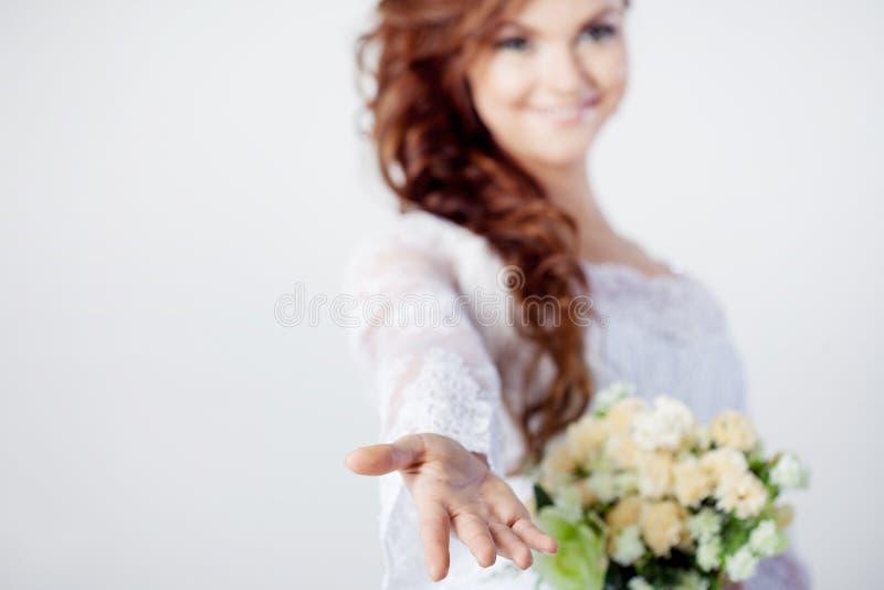 De bruid breidt haar hand, het mooie glimlachen uit royalty-vrije stock afbeelding