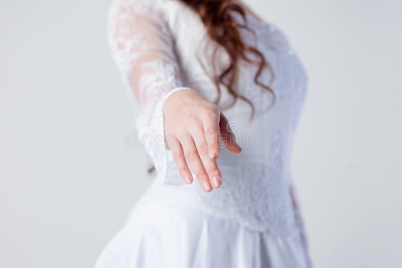De bruid breidt haar hand, vrouw in een huwelijk uit stock foto