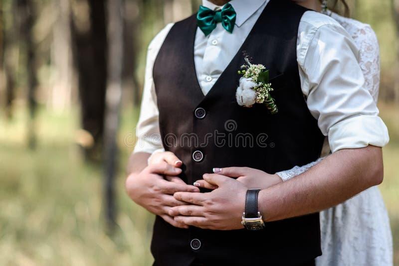 De bruid die de bruidegom koesteren royalty-vrije stock afbeelding