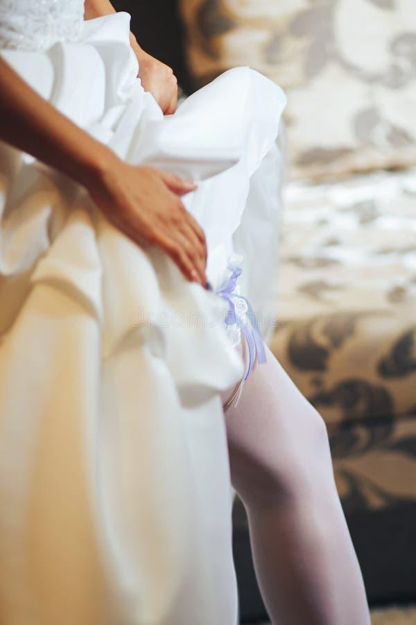 De bruid draagt een garte royalty-vrije stock foto's
