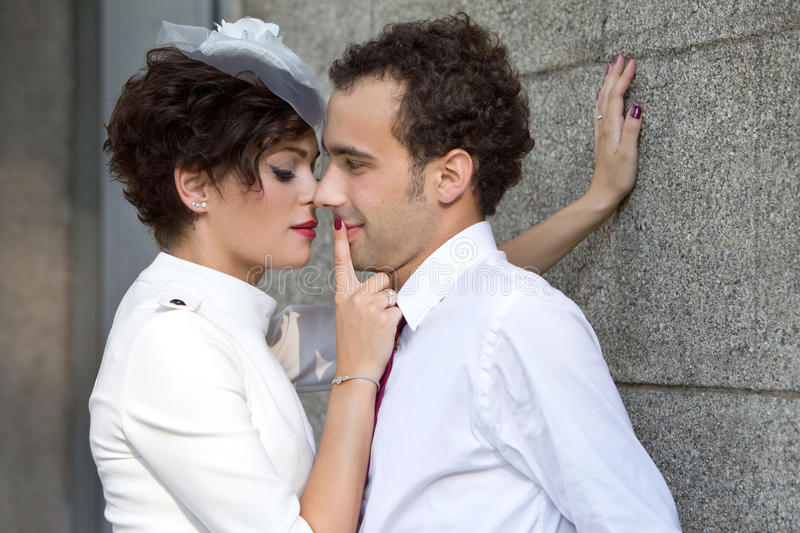 De bruid drukt passionately bruidegom tegen muur royalty-vrije stock foto's