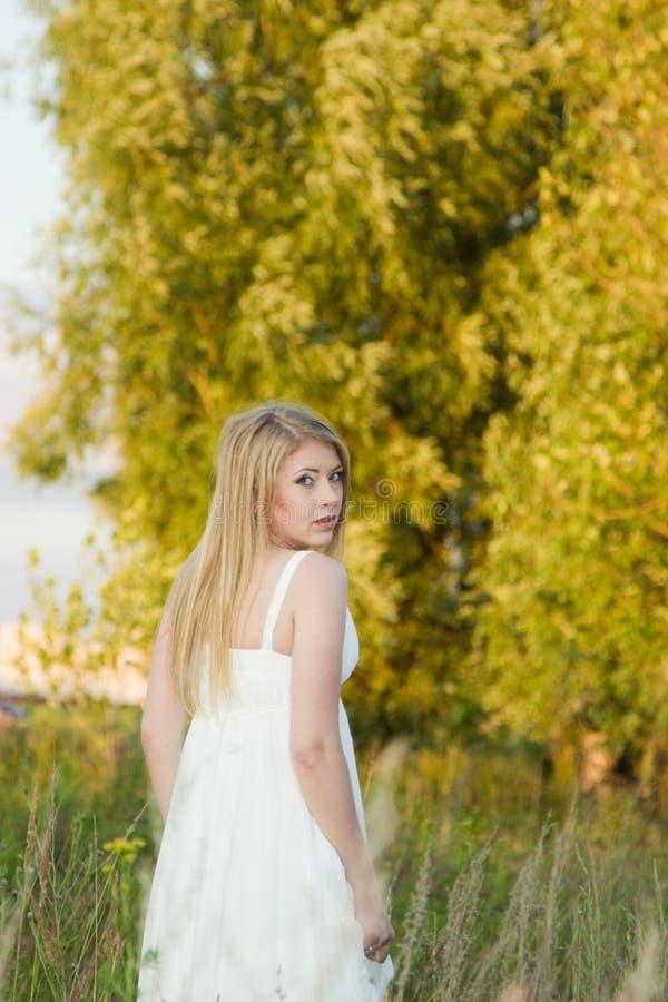 De bruid in een witte kleding royalty-vrije stock foto