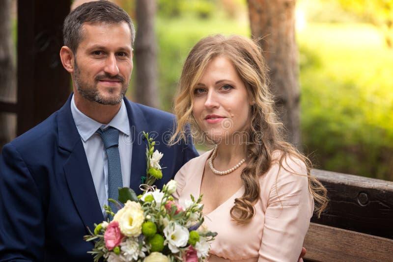 De bruid en de bruidegom omhelzen stock fotografie