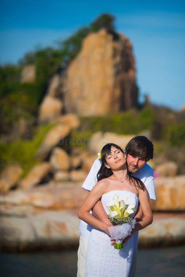 De bruid en de bruidegom omhelzen  royalty-vrije stock foto