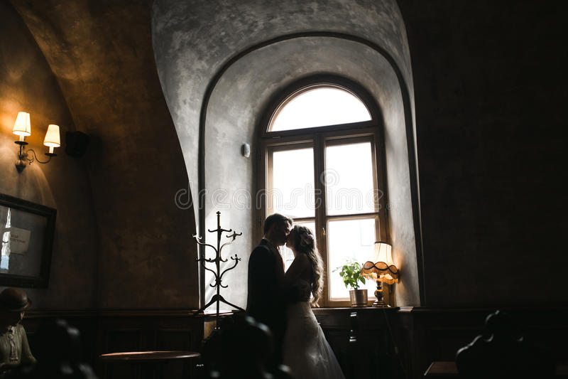De bruid en de bruidegom in een comfortabel huis royalty-vrije stock foto's