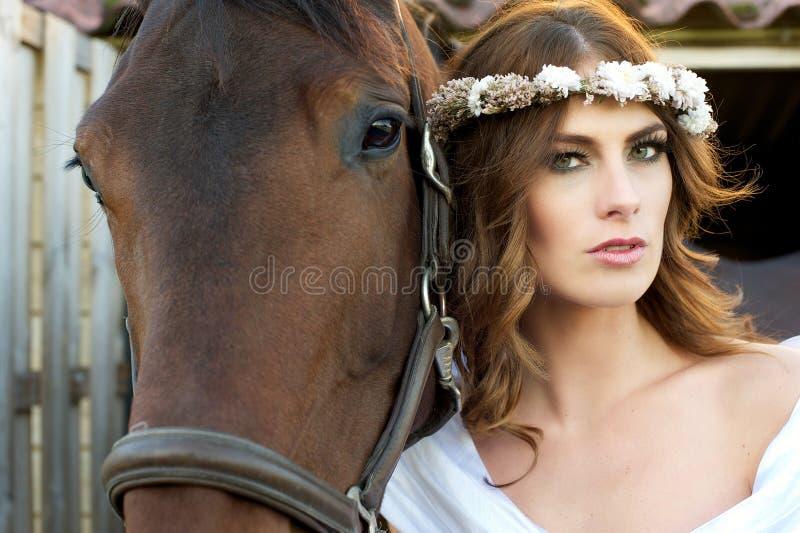De Bruid en het Paard van de manier op Landbouwbedrijf stock foto's