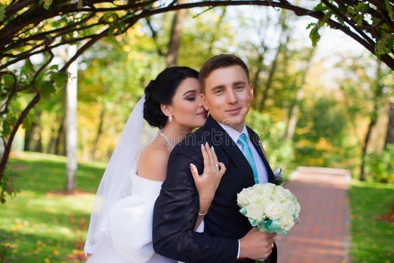 De bruid heeft teder de bruidegom omhelst royalty-vrije stock afbeelding