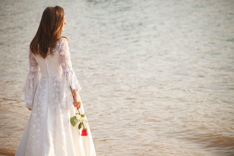 Bruid met bloem stock foto