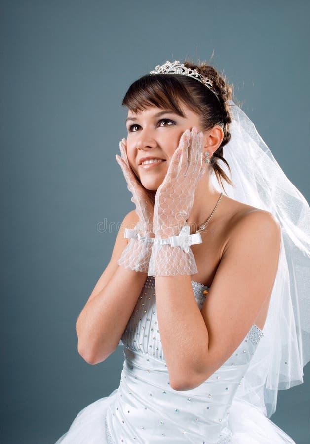De bruid kleedde zich in kleding van het elegantie de witte huwelijk stock afbeeldingen