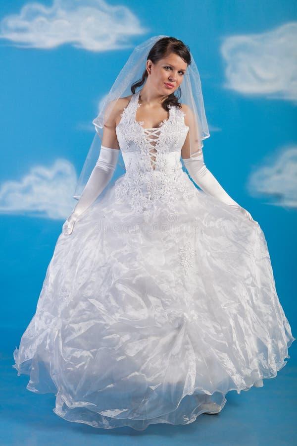De bruid kleedde zich in kleding van het elegantie de witte huwelijk stock fotografie