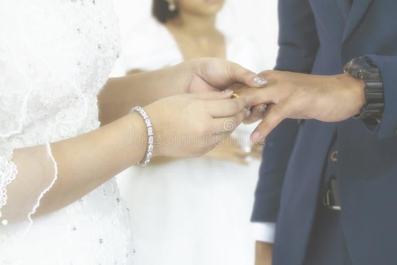 De bruid legde de Trouwring aan Haar Bruidegom in de Huwelijksceremonie voor Het Beeld van de Vintgaestijl met Toegevoegde Aanwin royalty-vrije stock fotografie