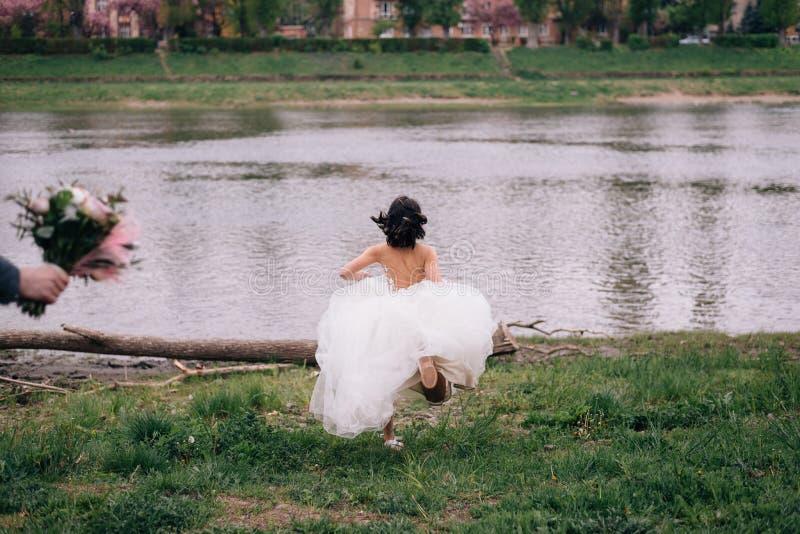 De bruid liep vanaf de bruidegom op hun huwelijksdag stock foto's