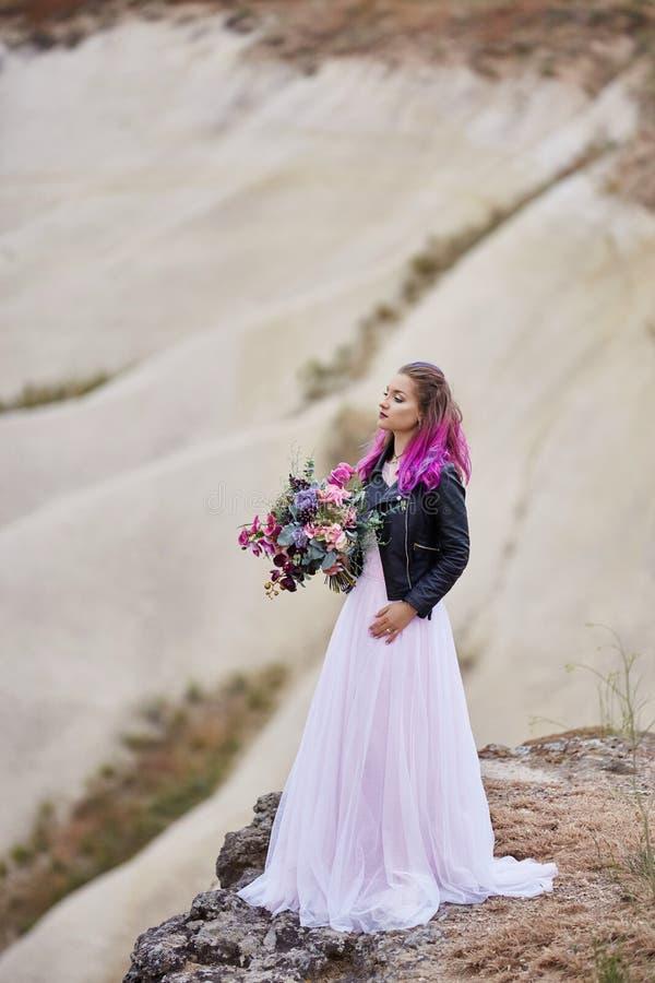 De bruid met creatieve haarkleuring onderzoekt de afstand in aard Portret van een vrouw met helder gekleurd haar die zich binnen  stock afbeelding