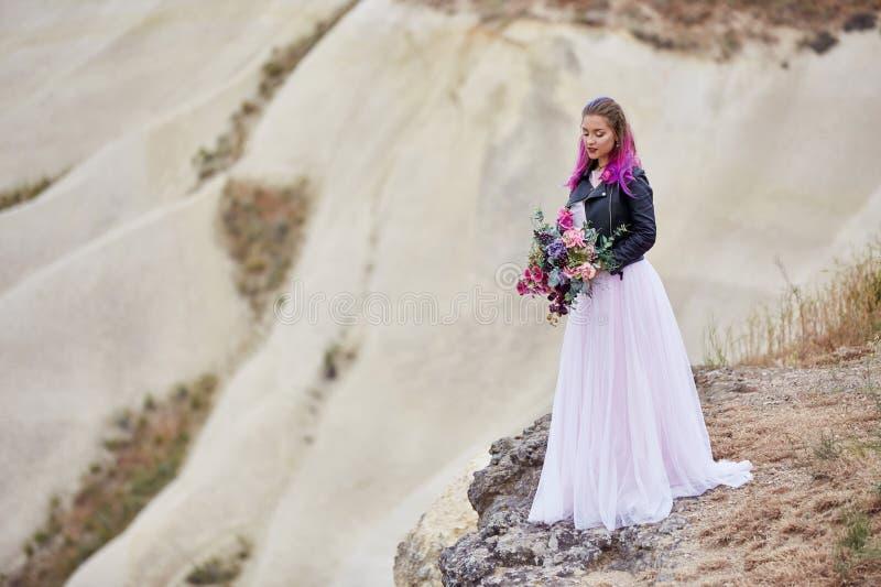 De bruid met creatieve haarkleuring onderzoekt de afstand in aard Portret van een vrouw met helder gekleurd haar die zich binnen  royalty-vrije stock afbeelding