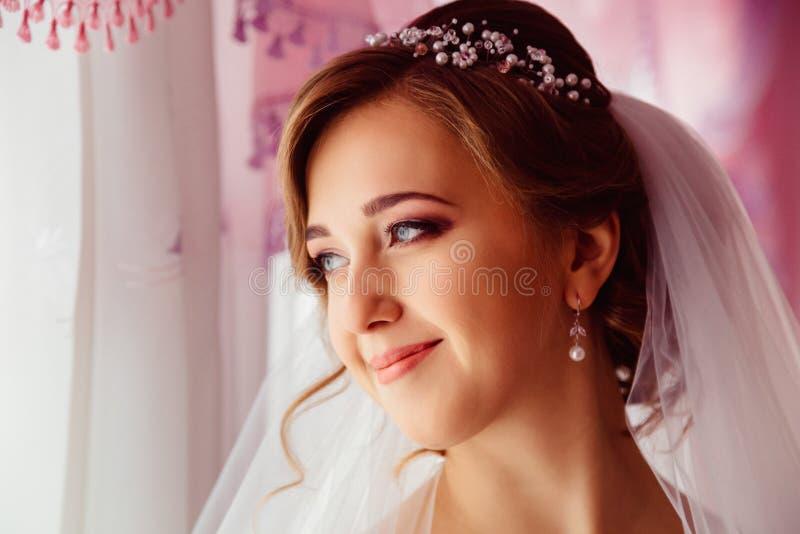 De bruid met gevoelige gezichtstrekken bevindt zich nadenkend royalty-vrije stock fotografie