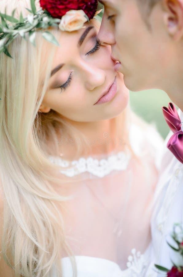 De bruid met tedere roze lippen geniet bruidegom` s van kus stock afbeeldingen