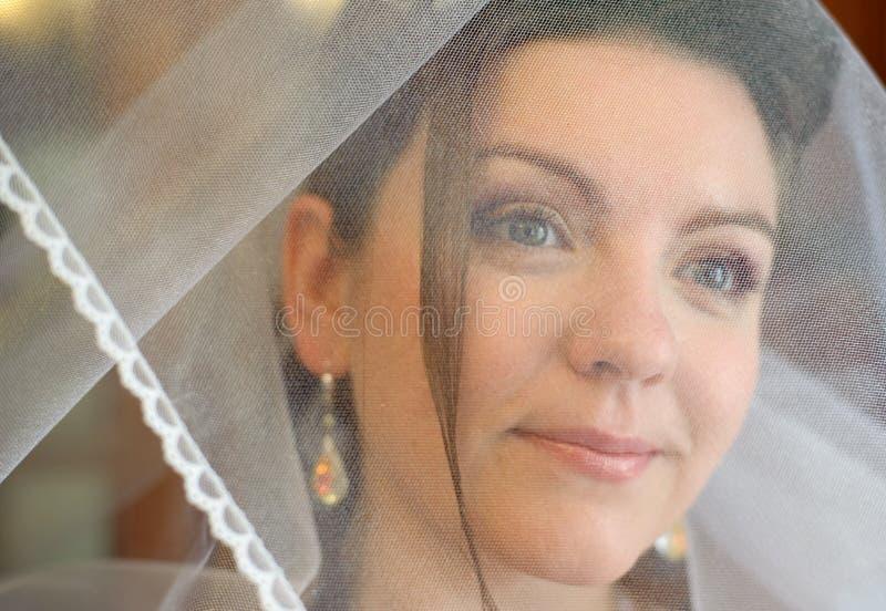 De bruid op een gazon stock foto