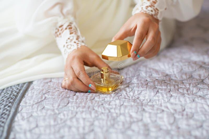 De bruid openbaart favoriet parfum stock afbeelding