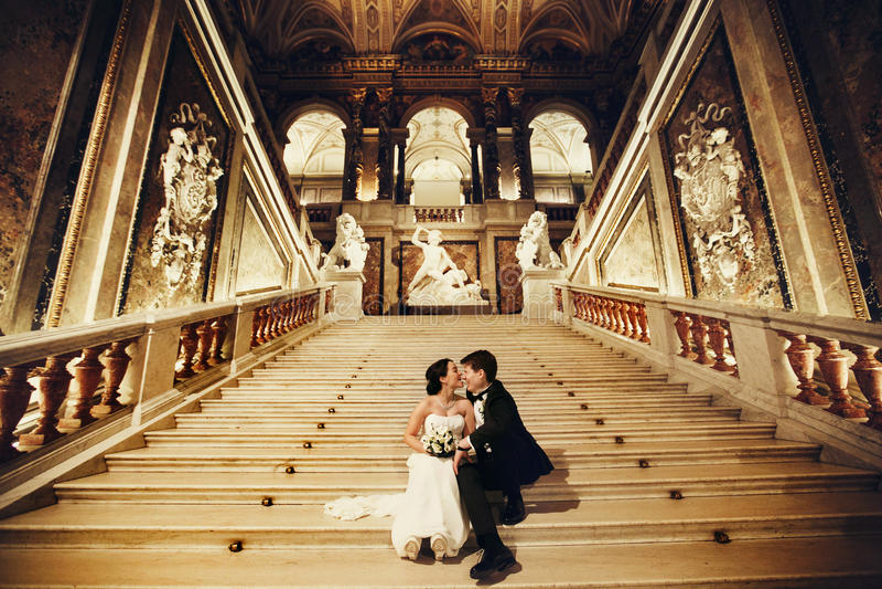 De bruidbeten verzorgen de neuszitting van ` s op de marmeren treden in royalty-vrije stock afbeeldingen