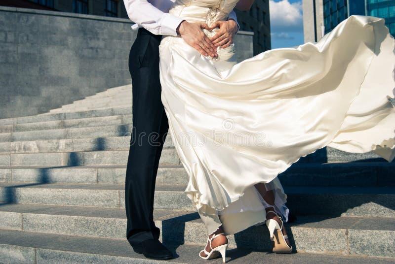 De bruidegom en de bruid dansen op hun huwelijk stock foto's