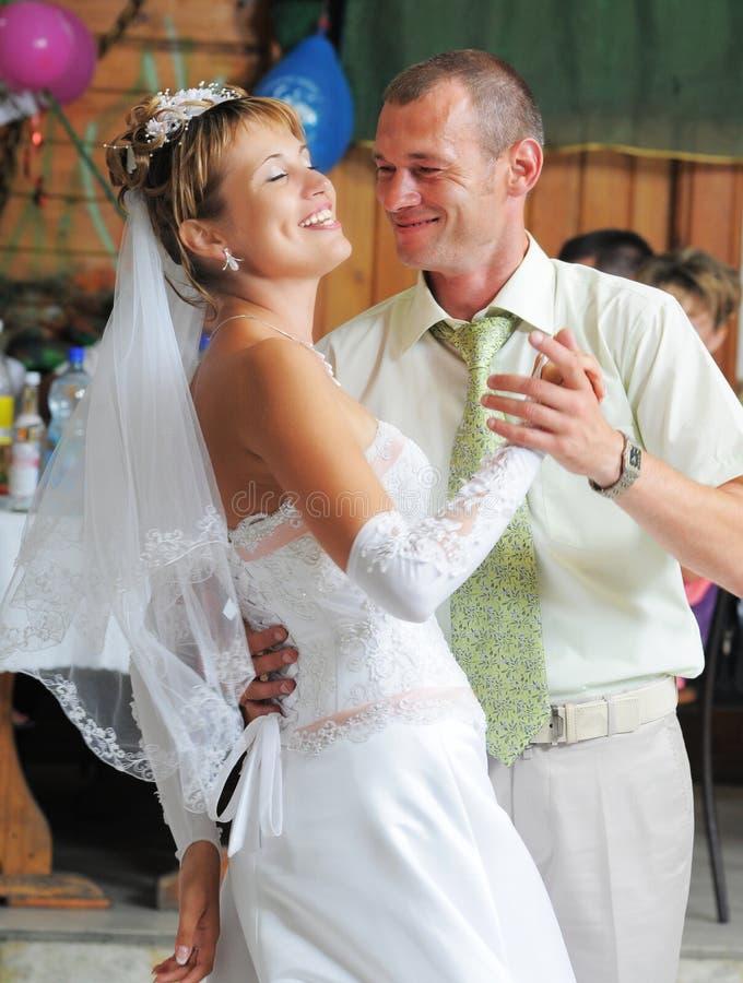 De bruidegom en de bruiddans. royalty-vrije stock foto's