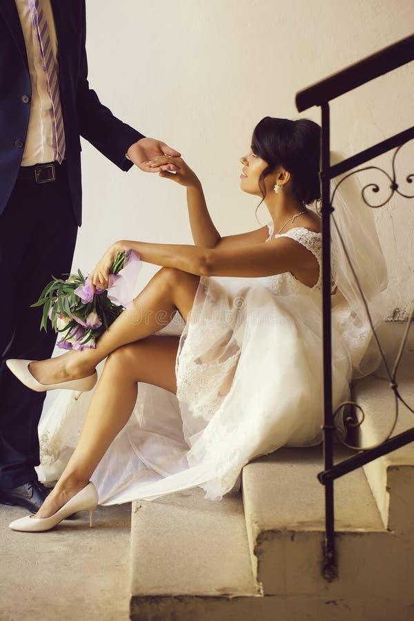 De bruidegom houdt hand van bruid royalty-vrije stock afbeelding