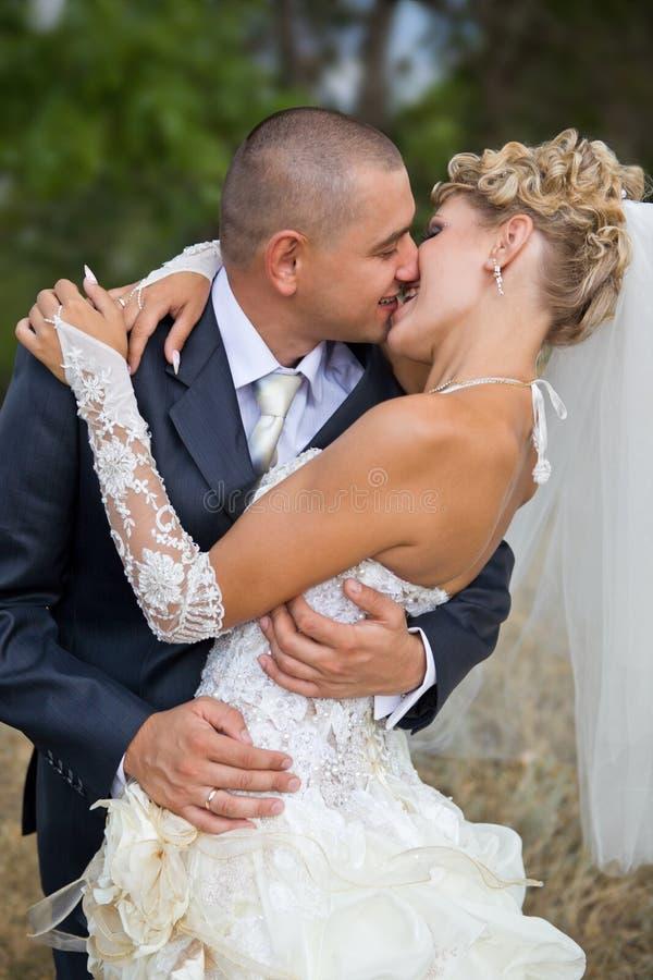 De bruidegom kust de bruid royalty-vrije stock foto's