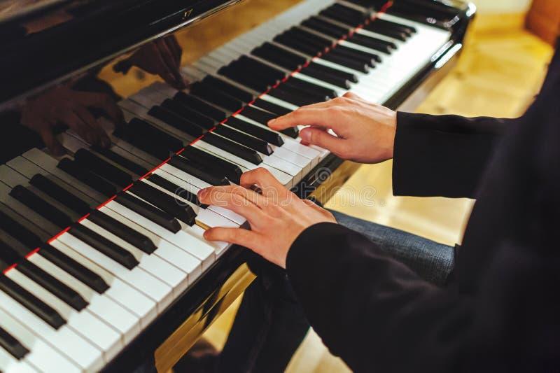 De bruidegom speelt de piano royalty-vrije stock afbeelding