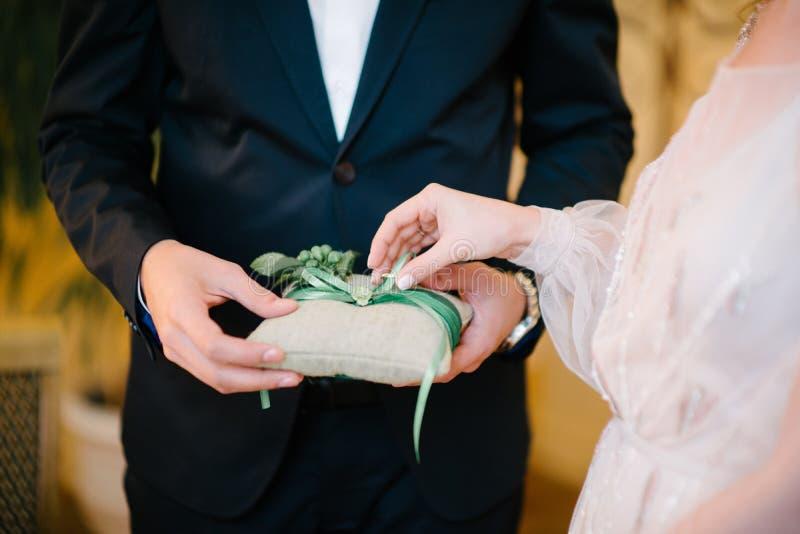 De bruidegom zet de trouwring op bruid dichte omhooggaand De bruid zet de bruidegom op de trouwring royalty-vrije stock foto's
