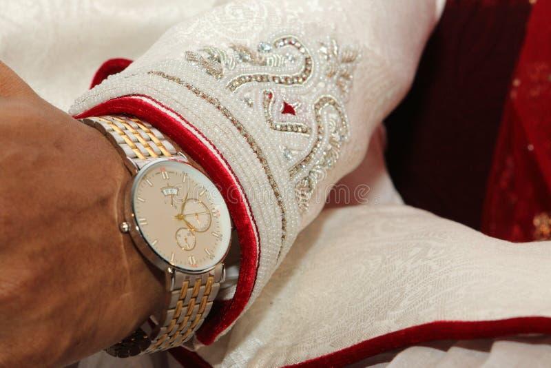 De bruidegoms overhandigen stock fotografie