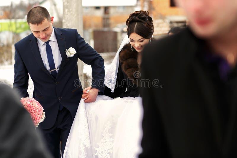 De bruiden gaan naar restaurant royalty-vrije stock foto