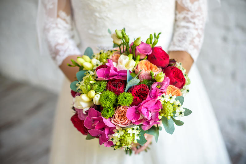 De bruidholding nam roze huwelijksboeket van rozen en liefdebloemen toe stock foto