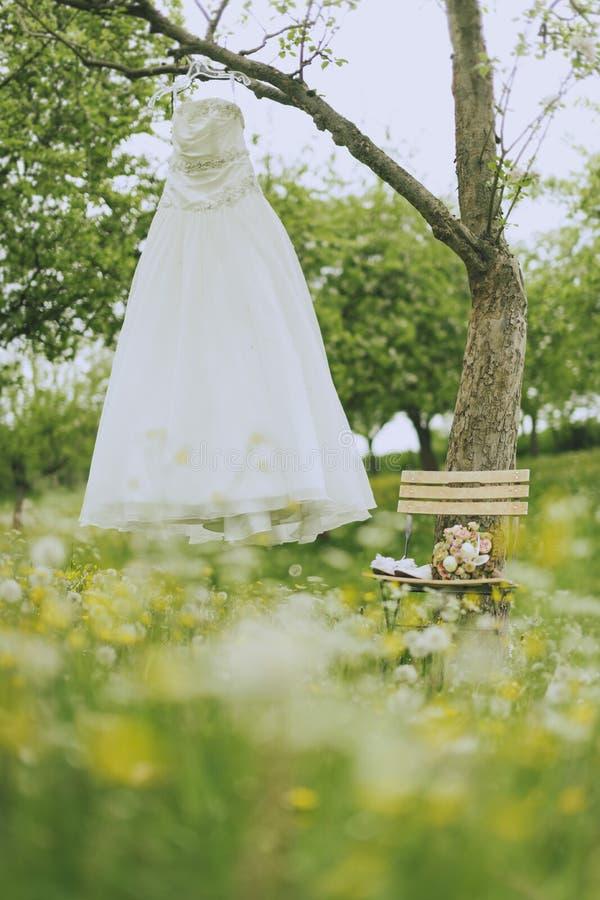 De bruids kleding van het tuinhuwelijk stock foto's