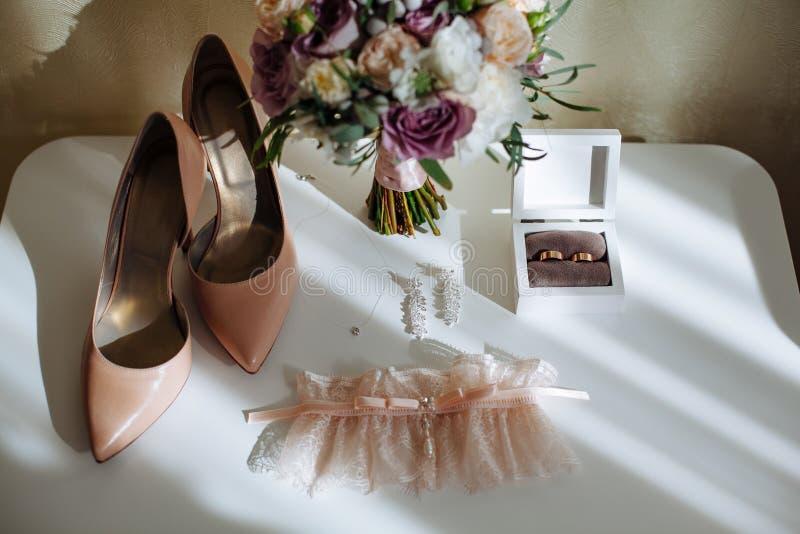De bruids samenstelling van ochtenddetails Hoogste mening van trouwringen, mooi boeket van violette bloemen met linten royalty-vrije stock afbeelding