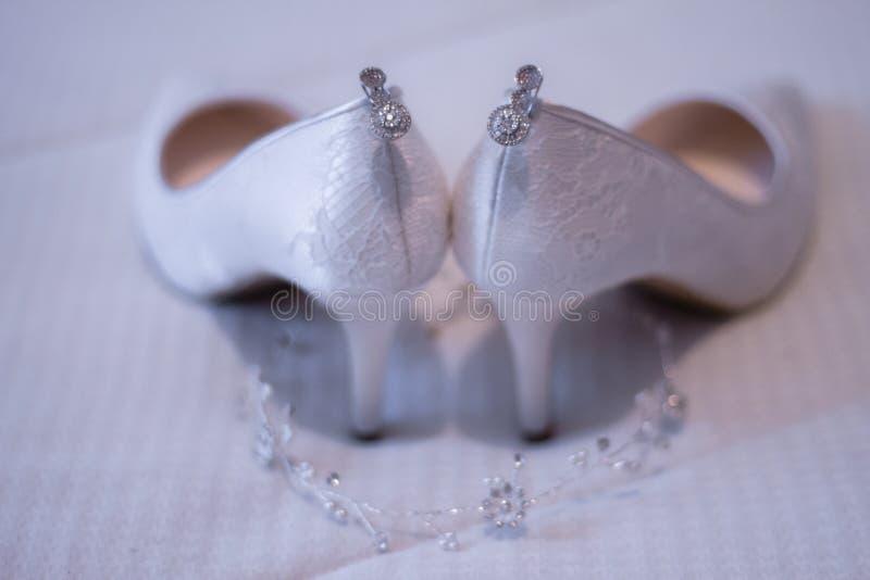 De bruids schoen met unfocused royalty-vrije stock foto's