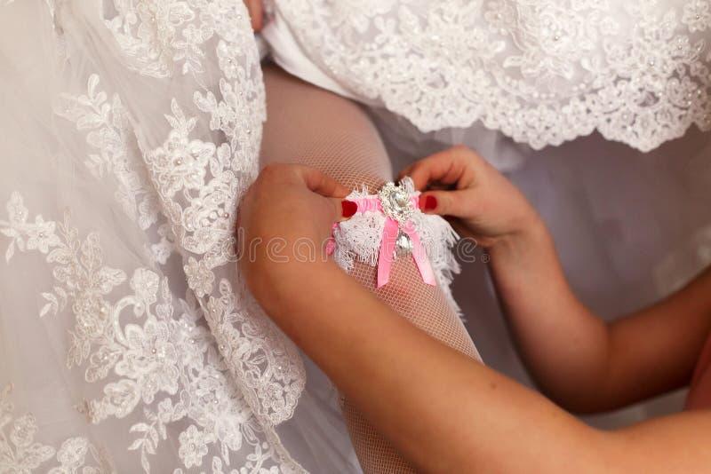De bruidsmeisjehulp aan bruid royalty-vrije stock foto