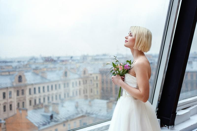 De bruidtribunes bij het venster royalty-vrije stock afbeeldingen