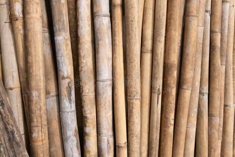 De bruine bamboestapel treft voor bouwbouwmaterialen voorbereidingen royalty-vrije stock foto