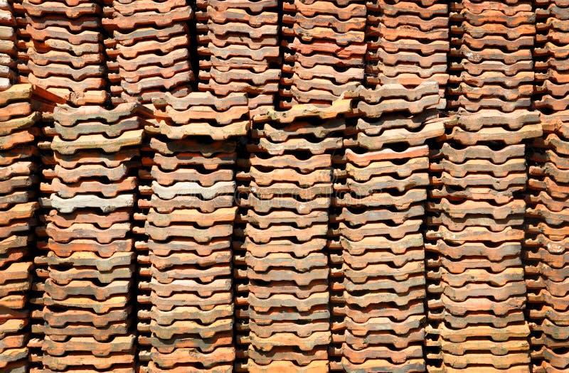 De bruine daktegel wordt ingepakt in een hoop stock afbeelding