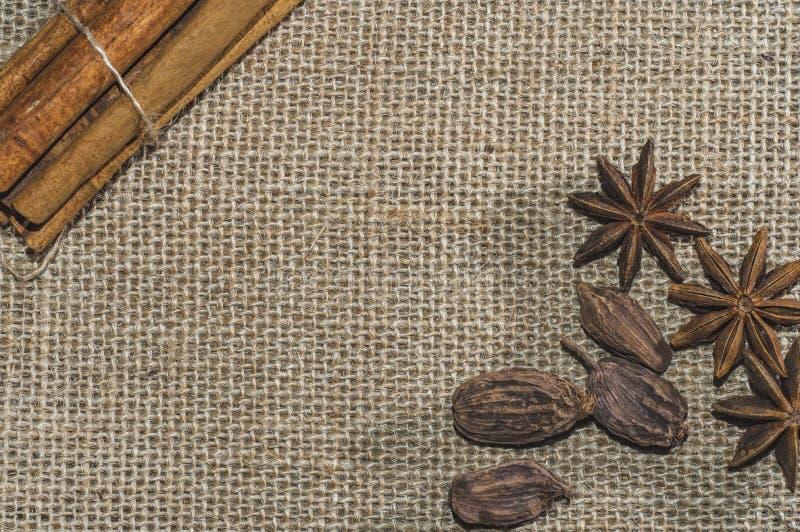 De bruine die suiker, uit aluminiumblikken wordt gegoten, symboliseert de drank Concept gezondheid Sluit omhoog foto royalty-vrije stock foto's