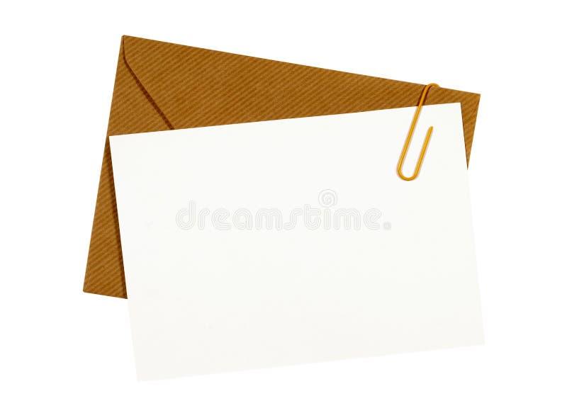 De bruine envelop van Manilla, lege brief of berichtkaart, paperclip, witte exemplaarruimte stock afbeeldingen