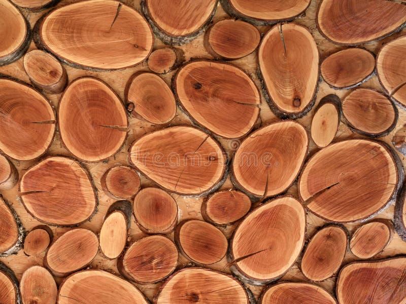 de bruine gezaagde houten ringen, muur is verfraaide natuurlijke materialen royalty-vrije stock afbeeldingen