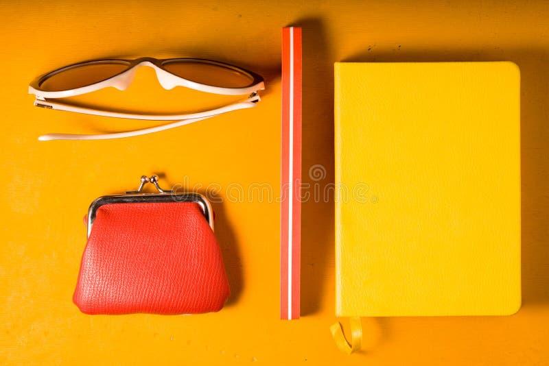 De bruit d'art toujours la vie sur la vue supérieure de fond jaune photos stock