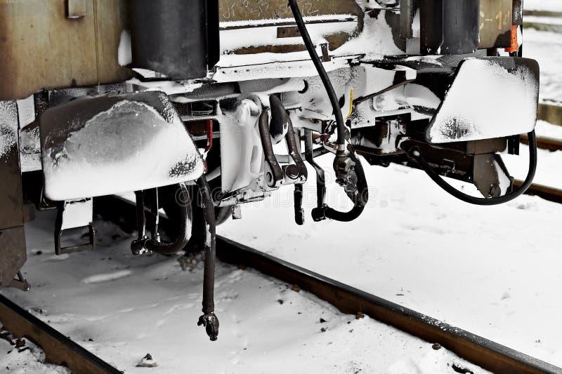 De buffers en de verbindingen van de treinwagen in de winter worden bevroren die stock afbeeldingen