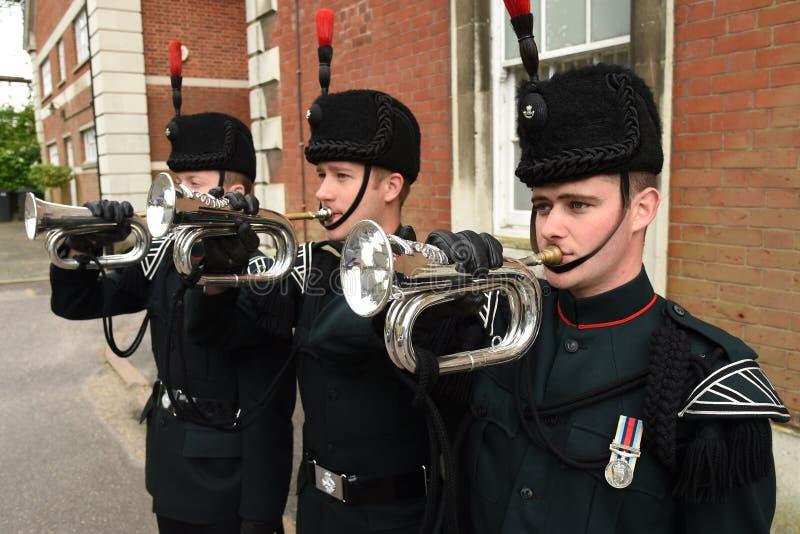 De bugelblazers van de Geweren klinken de laatste post bij een militaire parade stock foto's