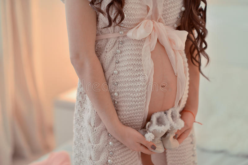 De buik van de zwangere vrouw stock afbeelding