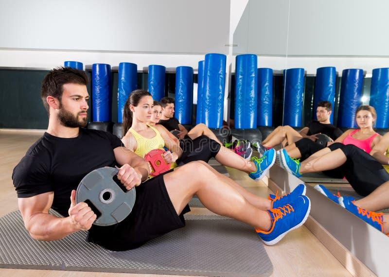 De buikgroep van de plaat opleidende kern bij gymnastiek stock foto's